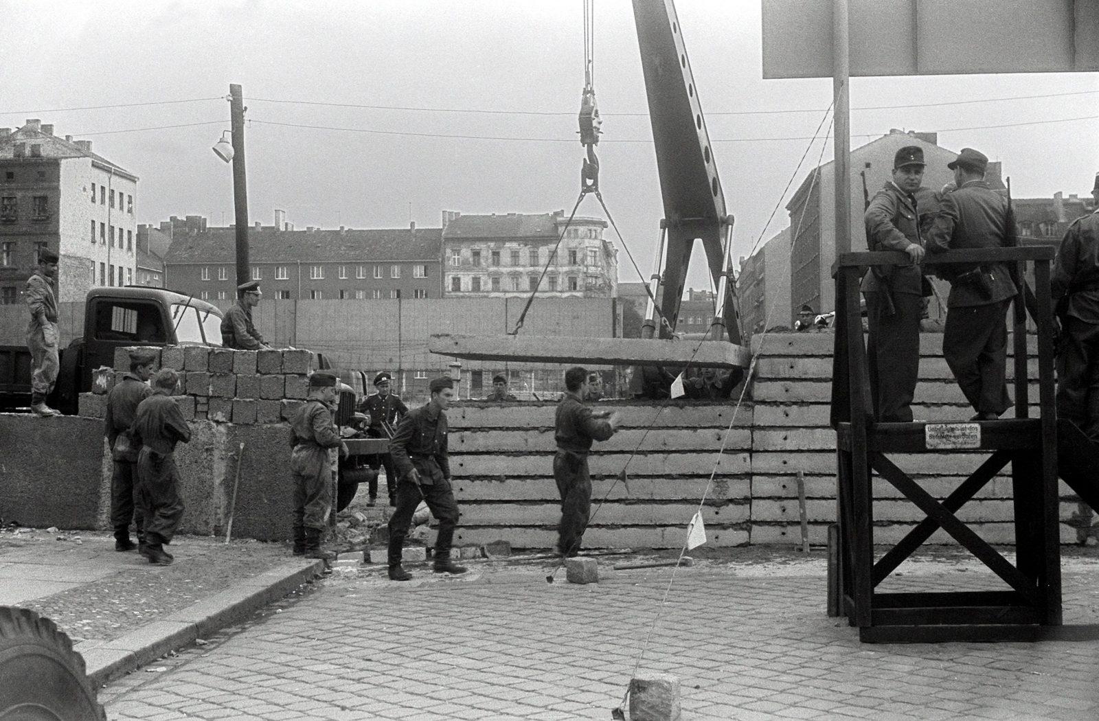 DDR-Volkspolizisten überwachen am 13. August 1961 den Bau der Berliner Mauer Foto: (c) dpa
