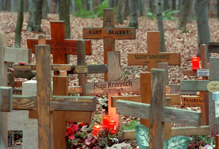 Von Kerzen beleuchtete schlichte Holzkreuze erinnern an die nach 1945 im sogenannten Speziallager Buchenwald ums Leben gekommenen Gefangenen (Archivbild).