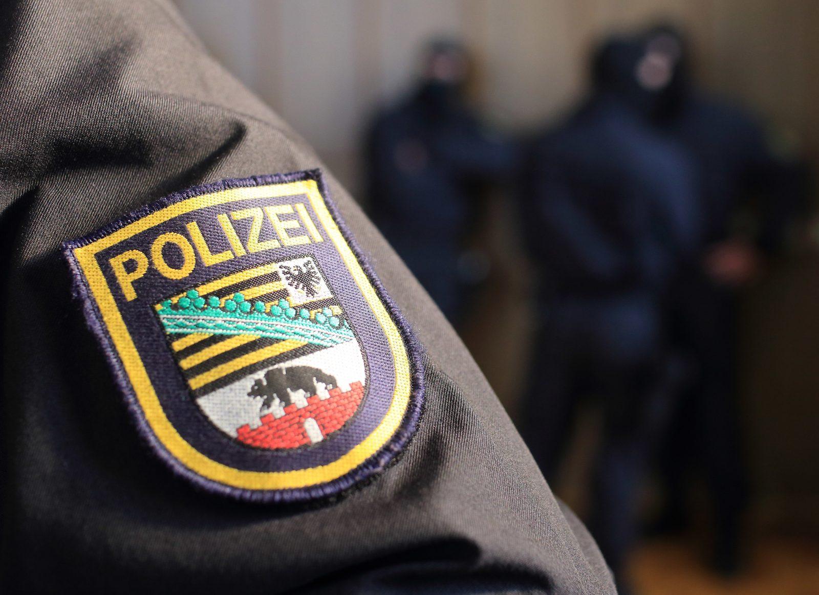 Das Landeswappen von Sachsen-Anhalt auf einer Polizeiuniform Foto: (c) dpa