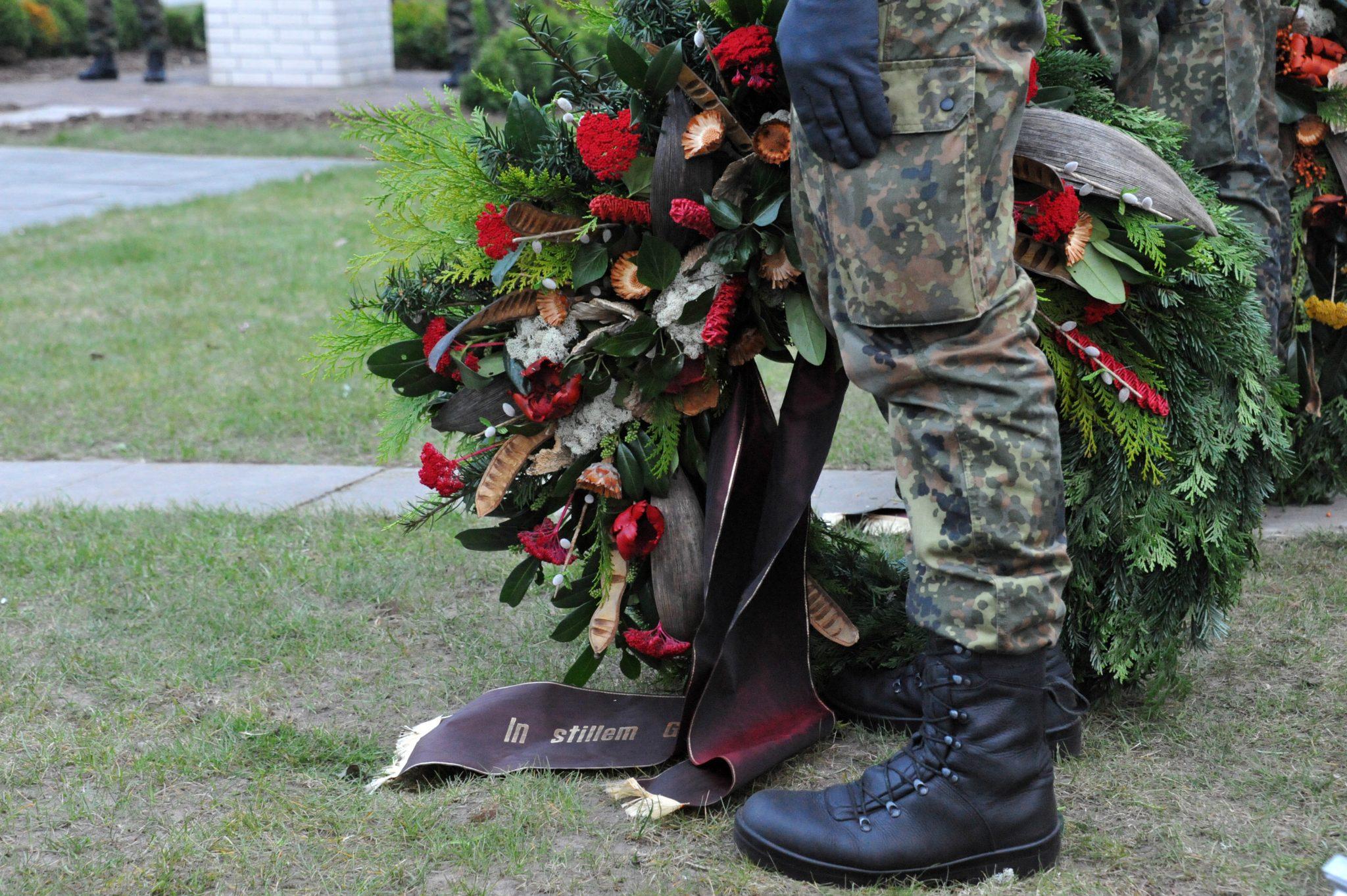 Soldat mit Grabkranz: Mit dem öffentlichen Gedenken an gefallene Bundeswehrsoldaten tut sich die SPD schwer (Symbolbild) Foto: picture alliance