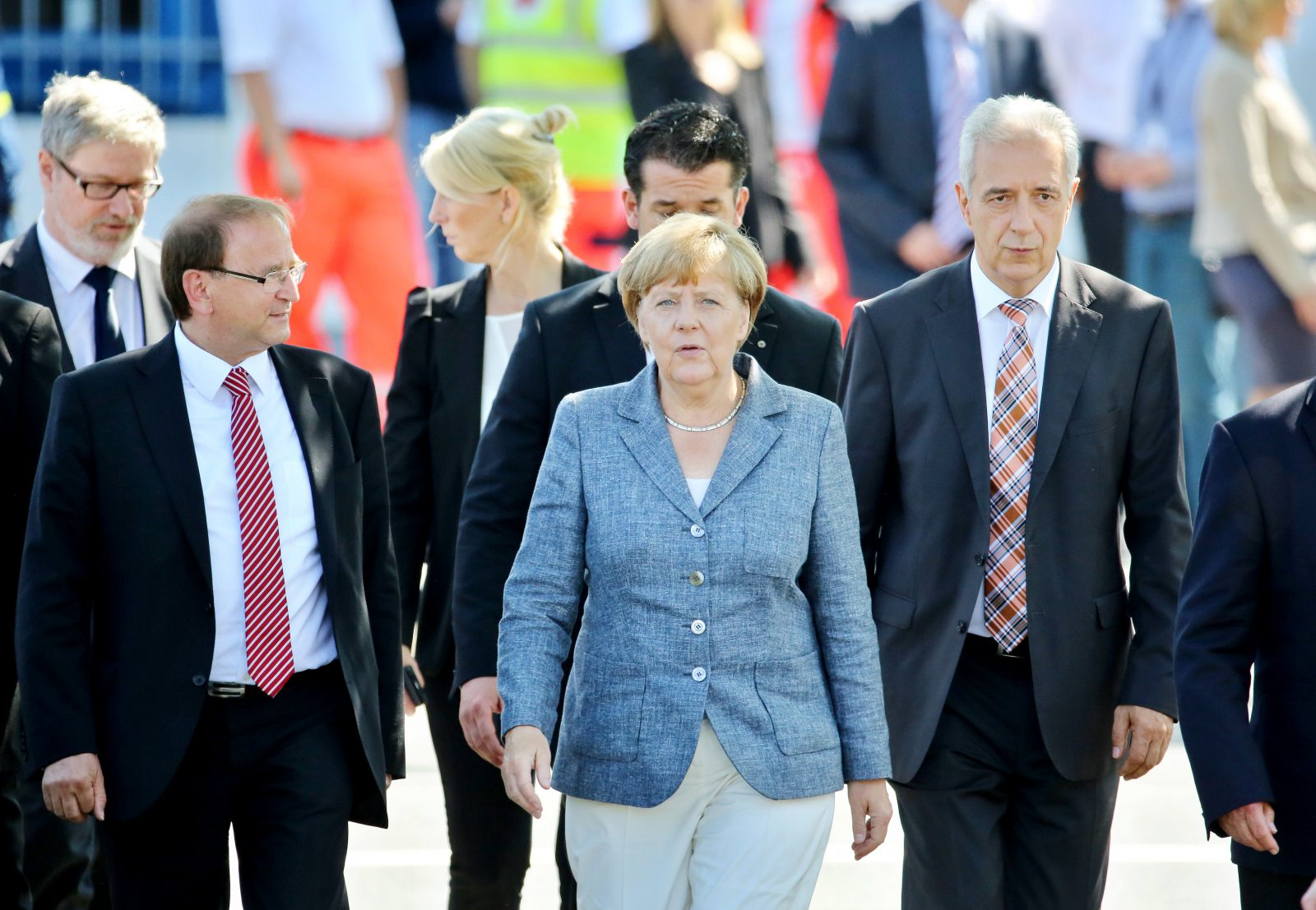 Heidenaus Bürgermeister Jürgen Opitz (CDU) (2. v. l.) führt Bundeskanzlerin Angela Merkel (CDU) 2015 durch die Flüchtlingsunterkunft (Archivbild) Foto: (c) dpa
