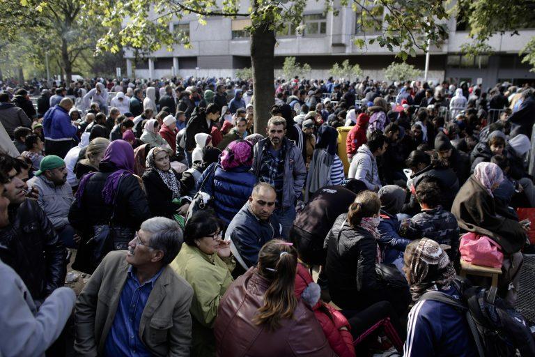 Asylbewerber warten vor dem Berliner Landesamt für Gesundheit und Soziales (Archivbild) Foto: picture alliance / AP Photo