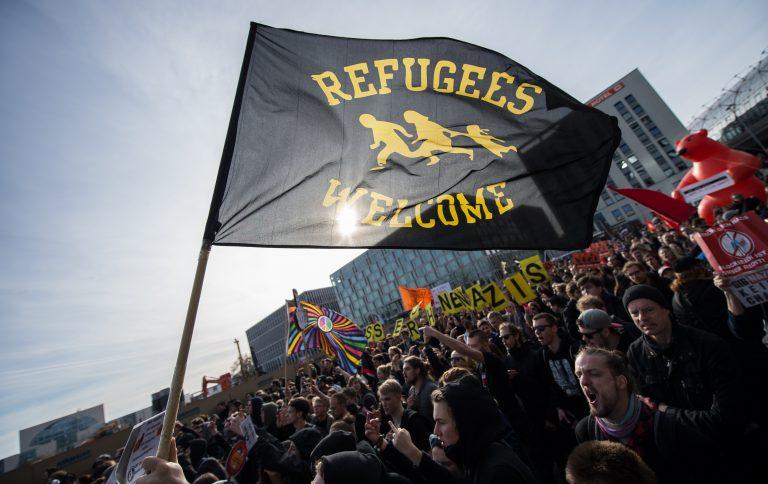 Demonstranten fordern die Aufnahme von Flüchtlingen in Deutschland (Archivbild) Foto: (c) dpa