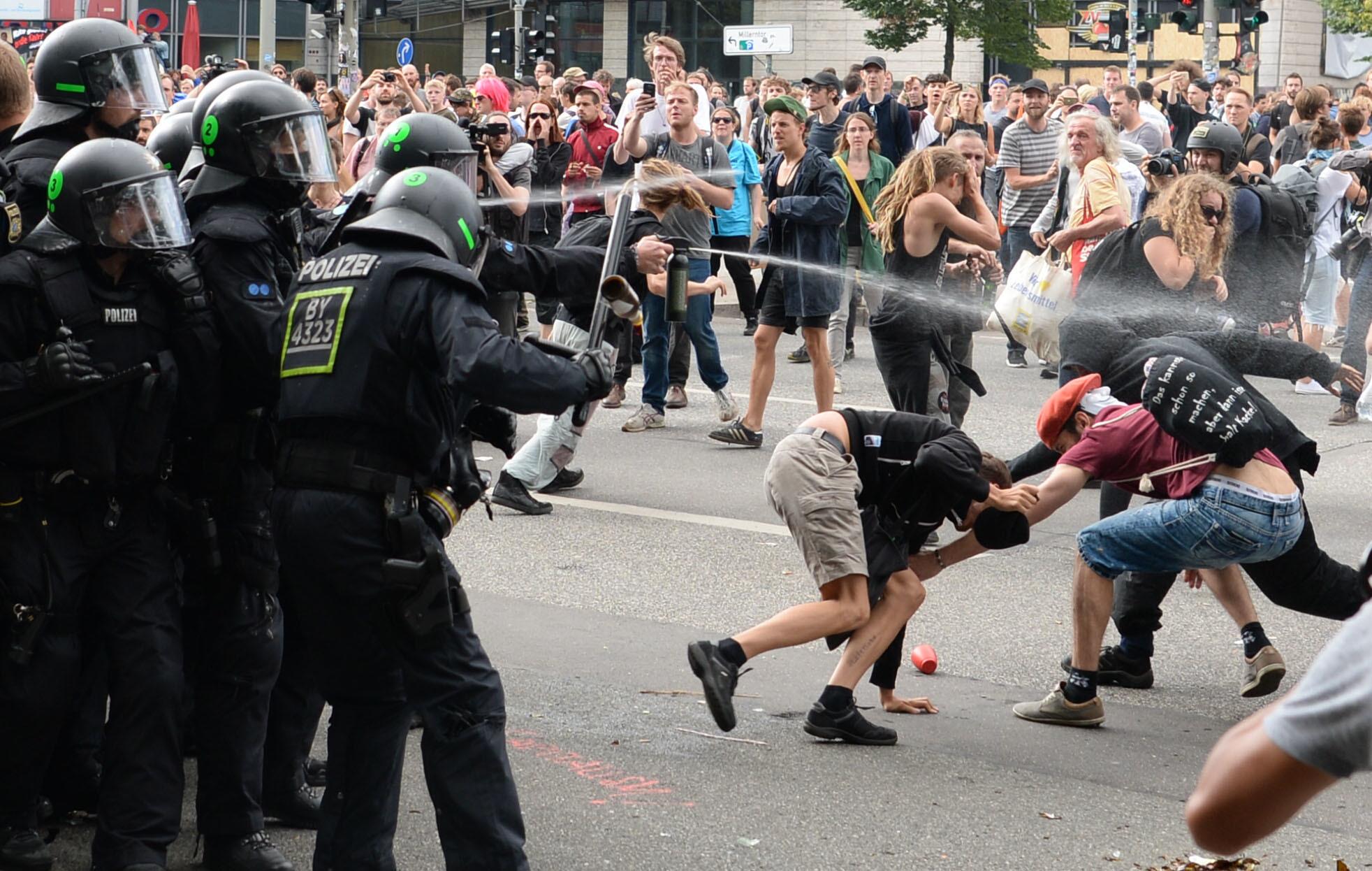 Polizisten setzen Pfefferspray ein: Die Grüne Jugend will den Beamten Pfefferspray verbieten Foto: (c) dpa
