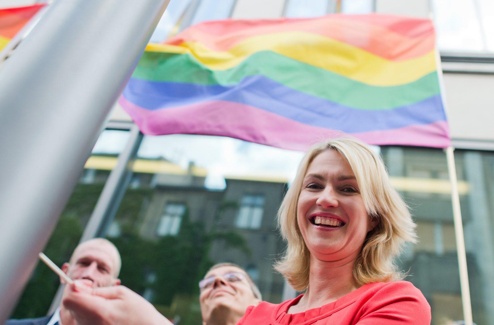 Die damalige Bundesfamilienministerin Manuela Schwesig (SPD) hißt die Regenbogenflagge vor ihrem Amtssitz (Archivbild) Foto: (c) dpa