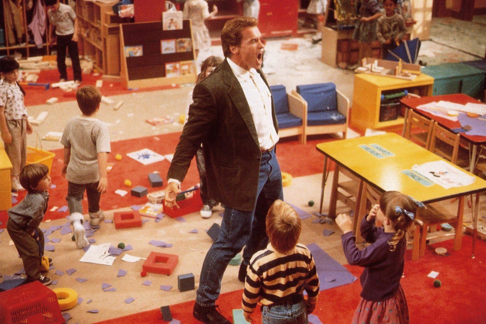 """Arnold Schwarzenegger in seiner Rolle als """"Kindergarten Cop"""" im gleichnamigen Film aus dem Jahr 1990 Foto: picture alliance/Everett Collection"""