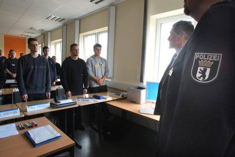 Der Polizeinachwuchs im Klassenraum der Berliner Polizeiakademie Foto: picture-alliance