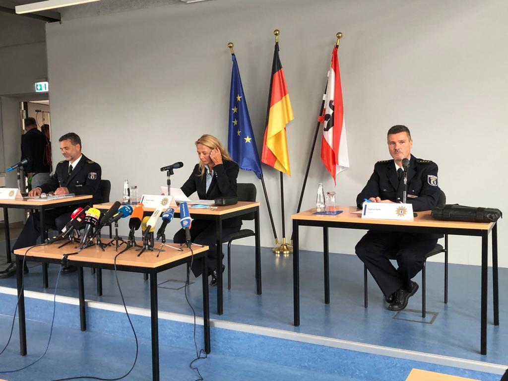Der Einsatzleiter der Berliner Polizei, Stefan Katte (r.), erklärt während der Pressekonferenz die Pläne der Sicherheitskräfte Foto: JF