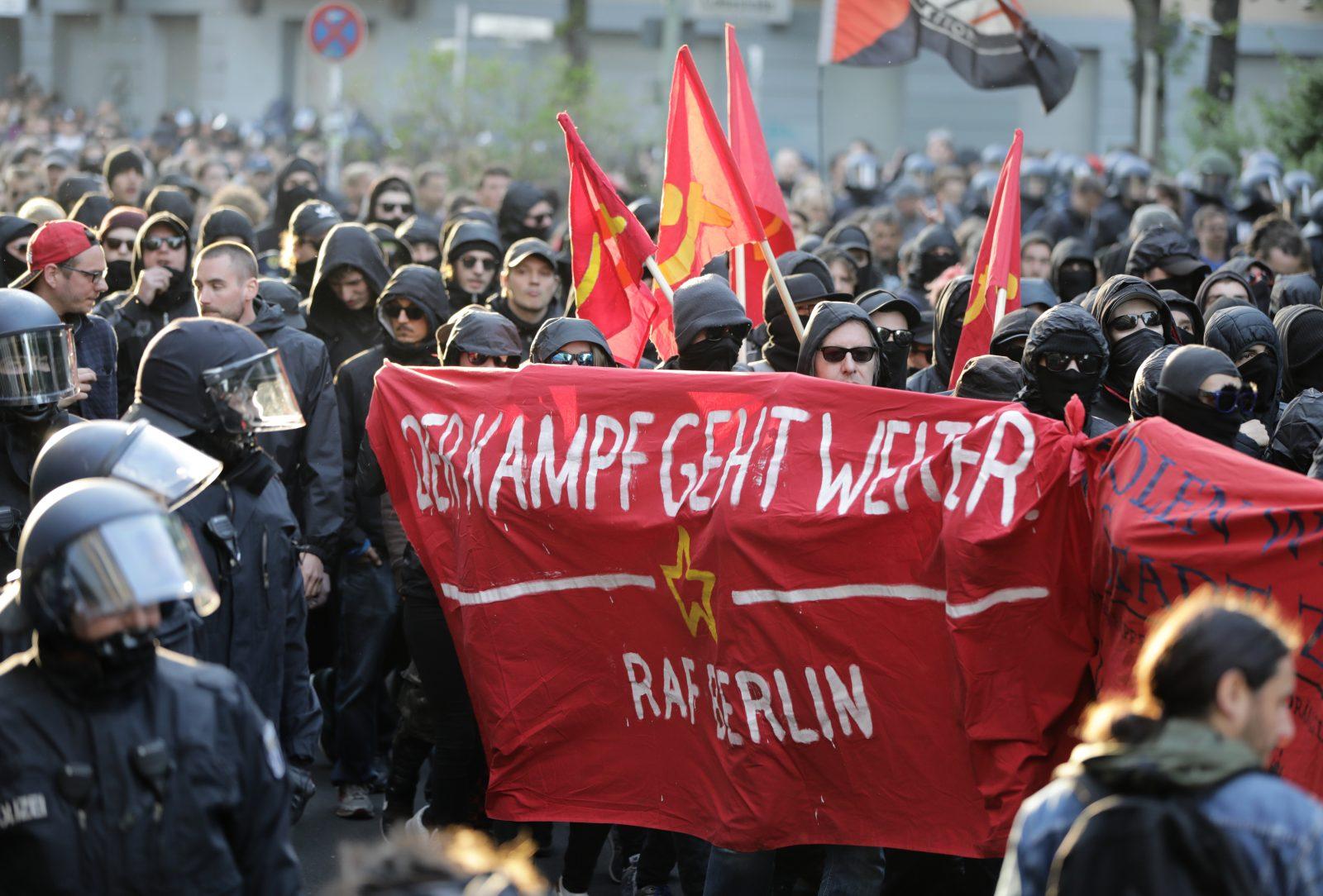 """Linksextreme mit """"RAF Berlin"""" Banner: Sympathien für die Terrorgruppe Rote Armee Fraktion Foto: picture alliance/Kay Nietfeld/dpa"""