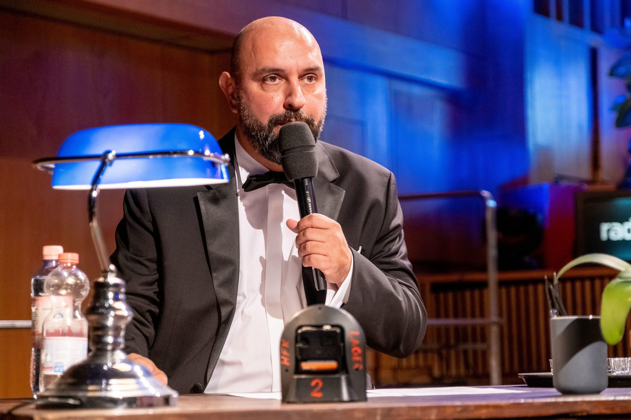 Der Komiker Serdar Somuncu während eines Auftritts (Archivbild) Foto: picture alliance/Fotostand