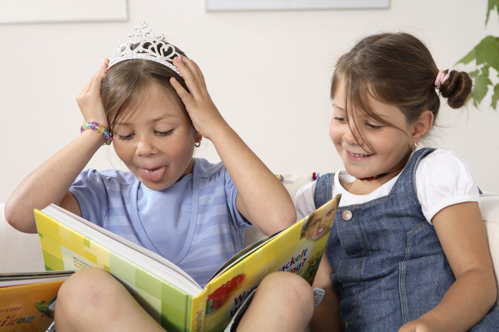 Kinder beim Lesen