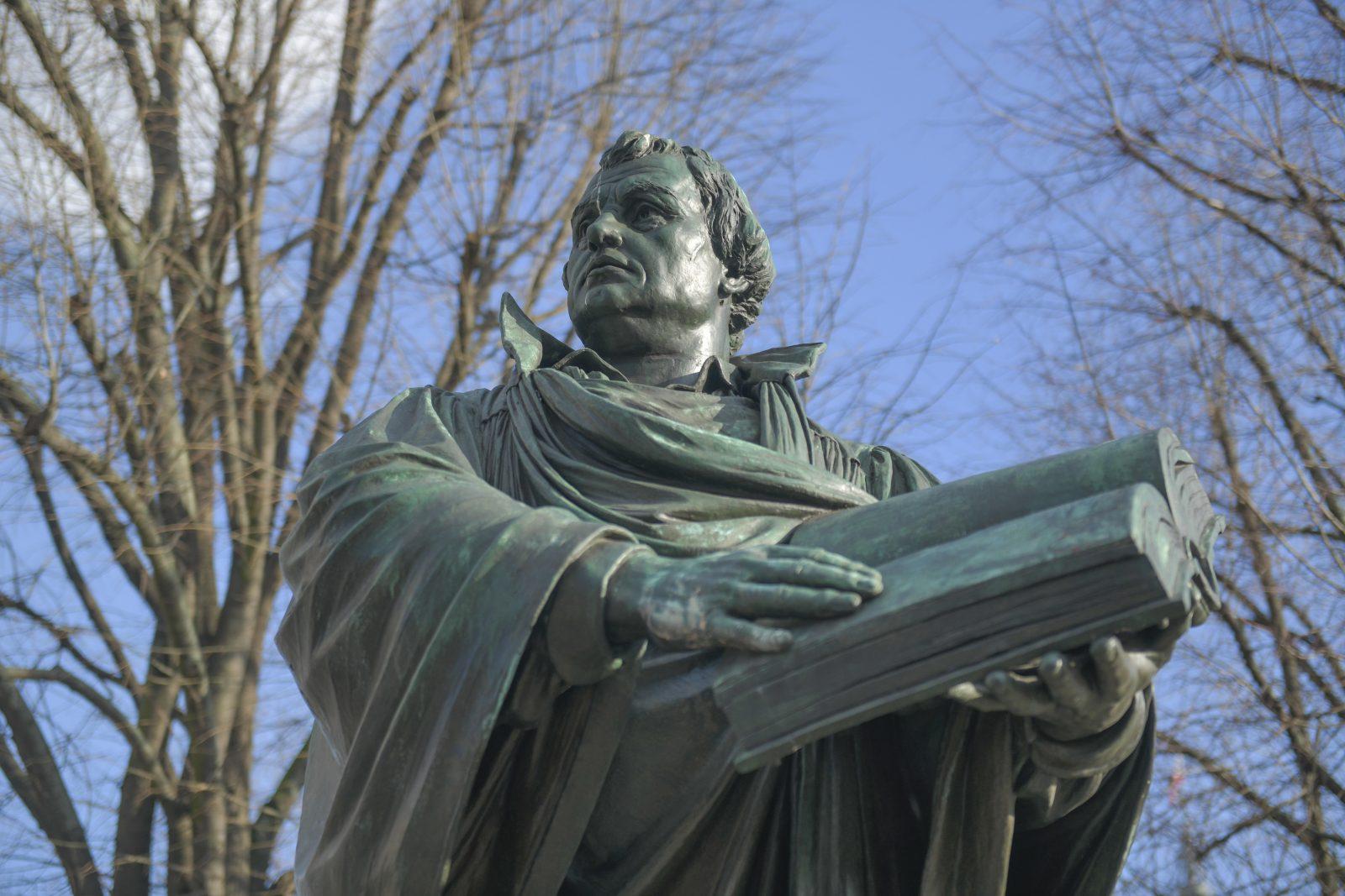 Martin Luther-Statue in Berlin: Der Reformator taugt nach Ansicht einer Berliner Initiative nicht mehr als Namensgeber für Straßen Foto: picture alliance/Bildagentur-online