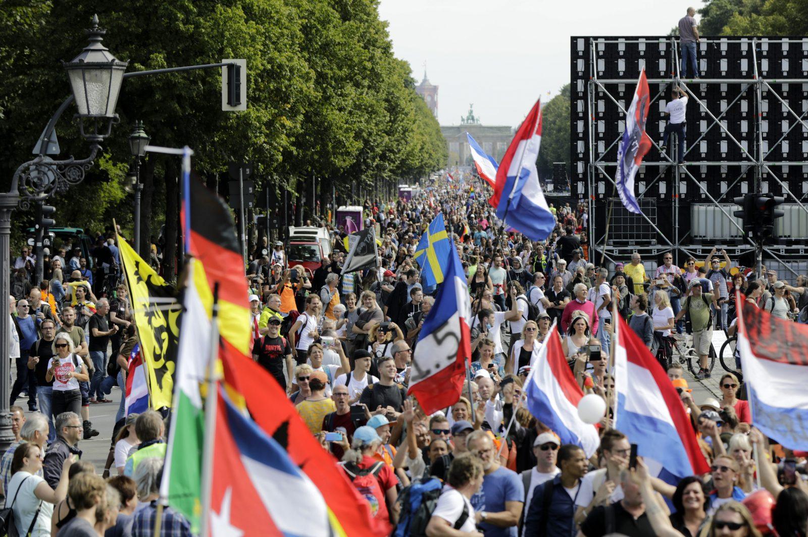 Corona-Demonstration in Berlin: Künftig gilt bei mehr als hundert Teilnehmern eine Maskenpflicht Foto: picture alliance/Geisler-Fotopress