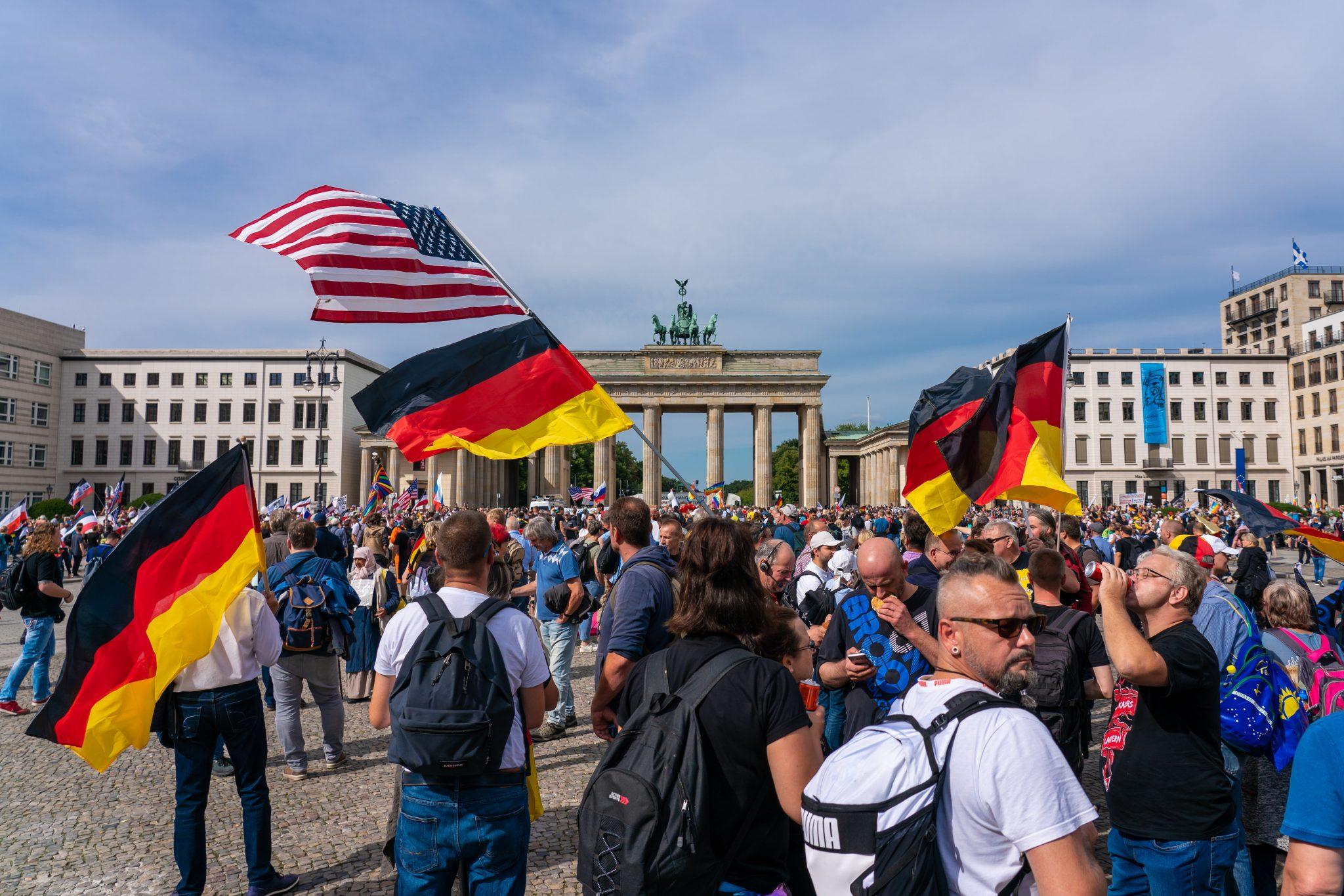 """Corona-Proteste in Berlin Ende August: Für Nordrhein-Westfalens Verfassungsschutz sind die Kundgebungen ein """"Resonanzboden für Extremisten"""" Foto: picture alliance/SULUPRESS.DE"""