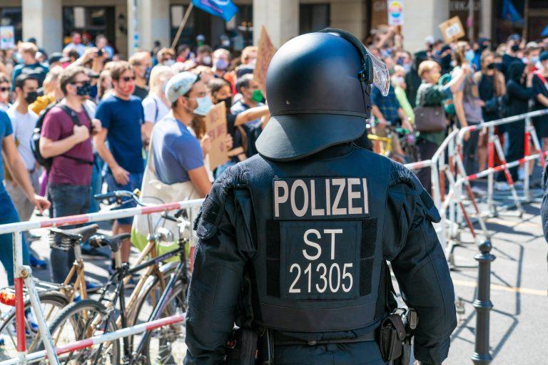Ein Polizist überwacht eine Straßensperre während der Corona-Demonstrationen am 29. August in Berlin Foto: picture alliance/SULUPRESS.DE