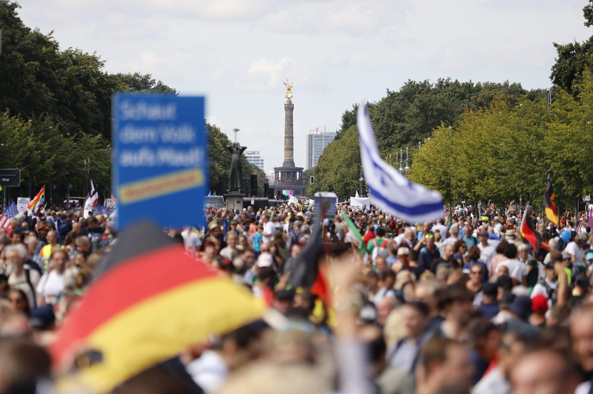 Demonstranten verschiedener Gruppierungen demonstrieren in Berlin gegen die Corona-Maßnahmen.