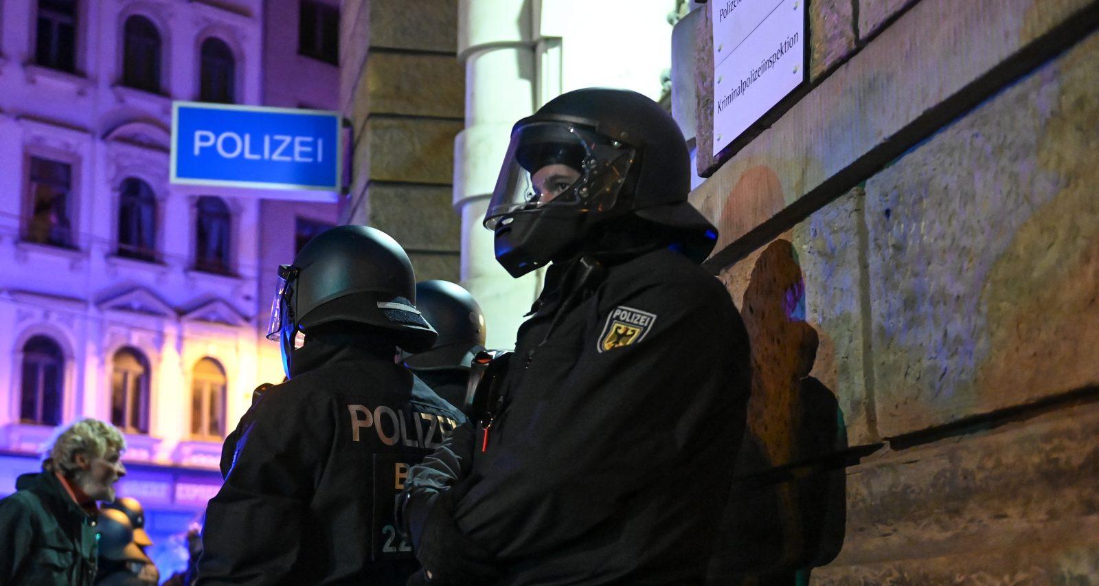 Bundespolizisten sichern ein Polizeirevier in Leipzig nach den Ausschreitungen linksextremer Gewalttäter Foto: picture alliance/Hendrik Schmidt/dpa-Zentralbild/dpa