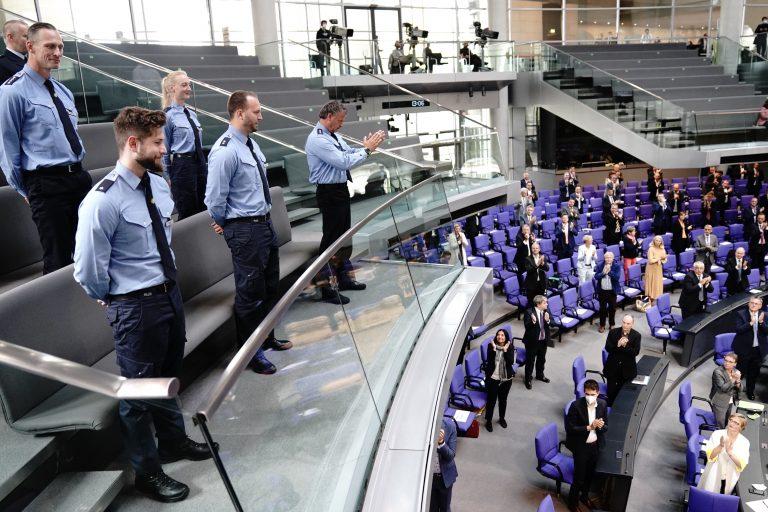 Bundestag applaudiert Polizeibeamten