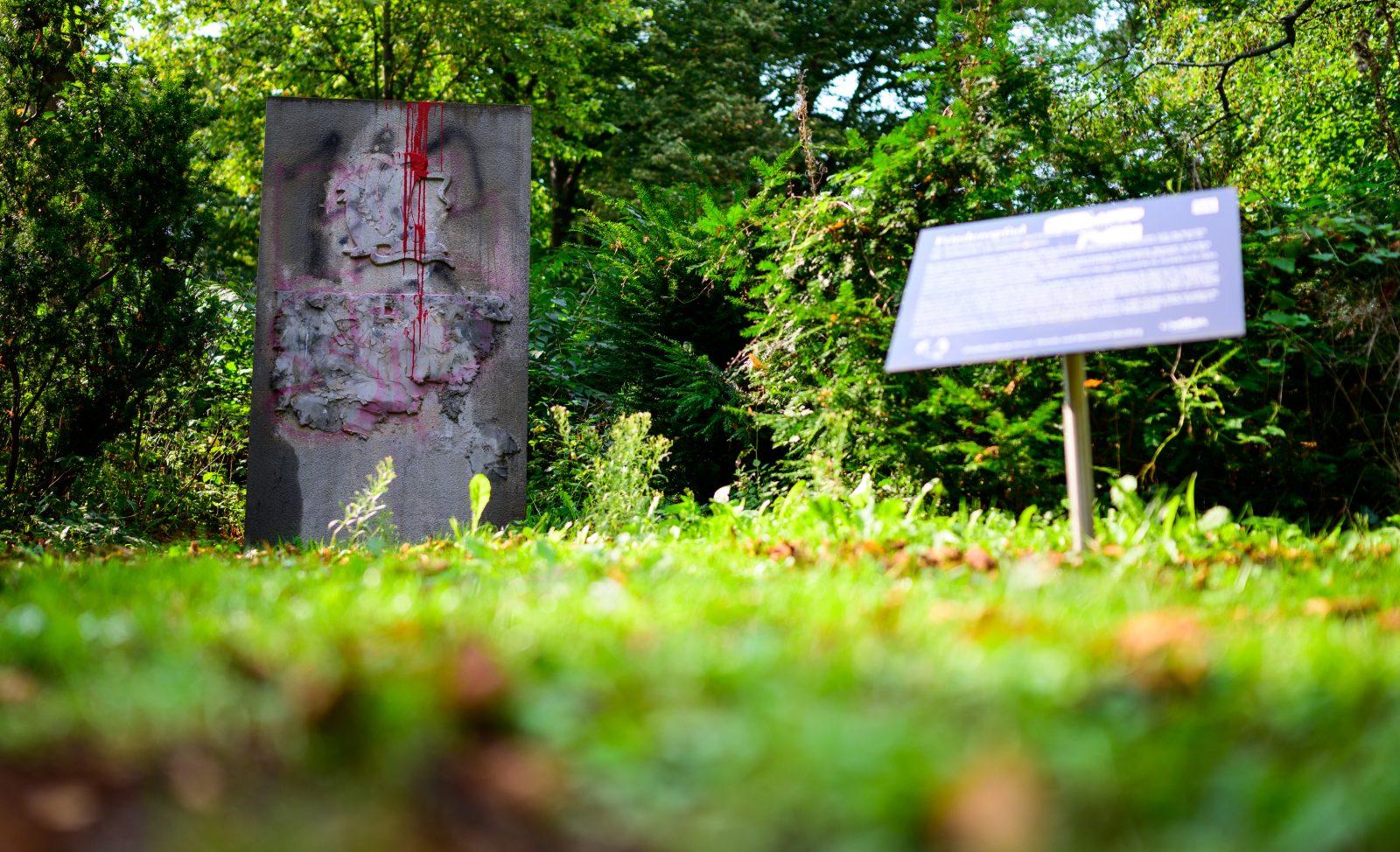 Beschmiertes Wehrmachtsdenkmal für die 110. Infanteriedivision in Lüneburg