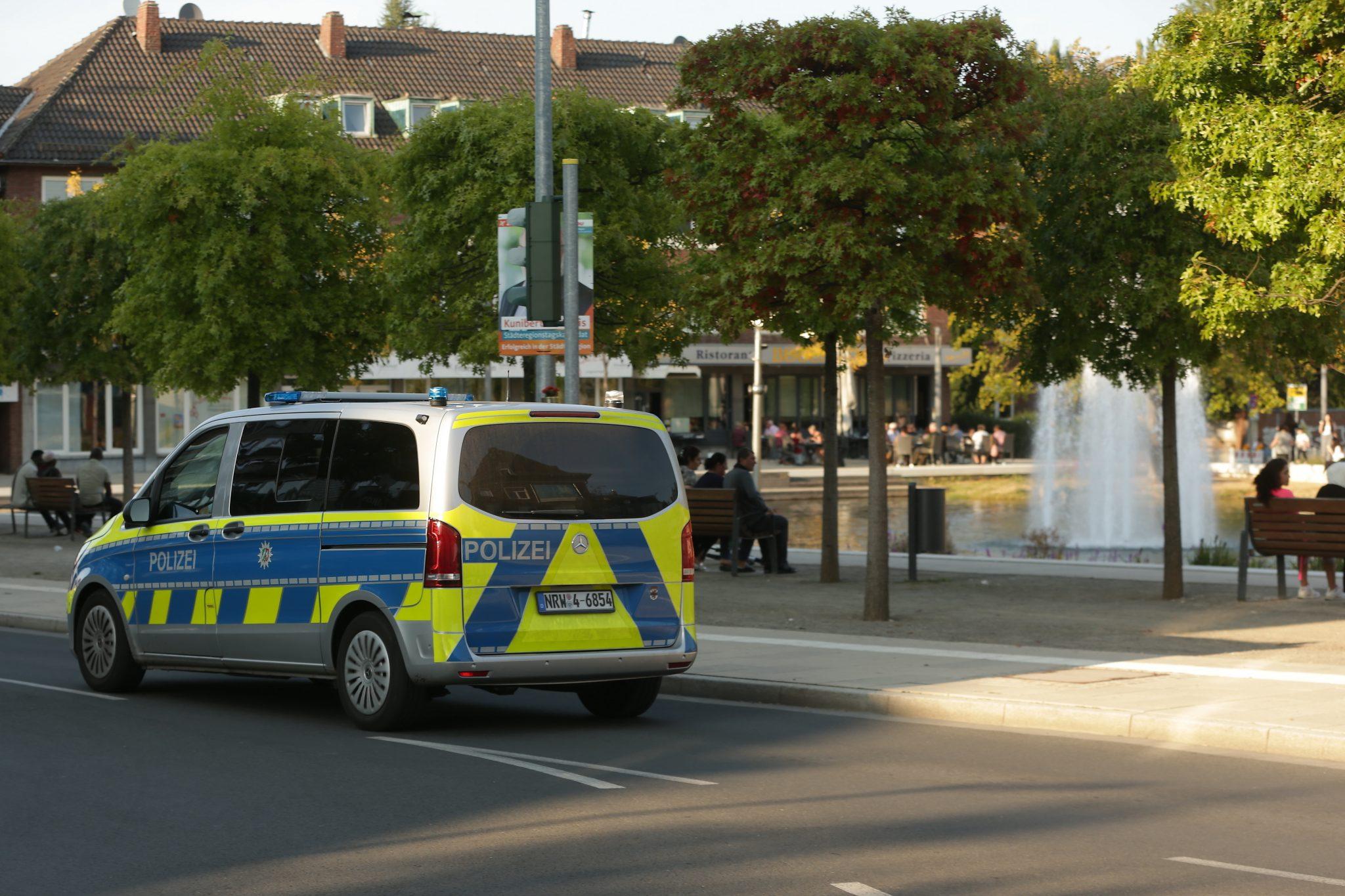 Ein Polizeiwagen fährt durch Stolberg, wo sich die mutmaßlich islamistische Tat ereignete Foto: picture alliance/David Young/dpa