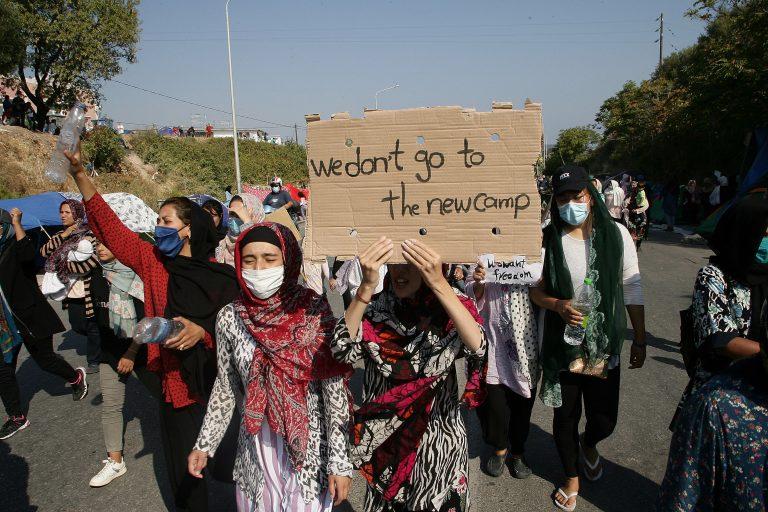 Migranten demonstrieren auf Lesbos gegen die Unterbringung in einem neuen Flüchtlingslager Foto: picture alliance / NurPhoto