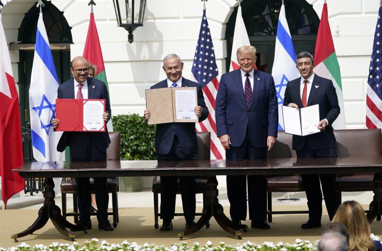 US-Präsident Donald Trump (2.v.r.) präsentiert das Friedensabkommen mit Vertretern von Bahrain, Israel und den Vereinigten Arabischen Emiraten Foto: picture alliance/MediaPunch