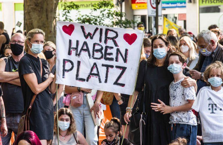 Teilnehmer einer Demonstration in München fordern die Aufnahme von Migranten in Deutschland Foto: picture alliance/ZUMA Press