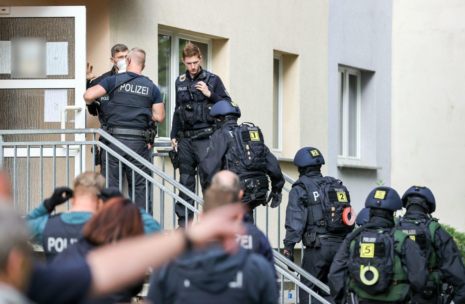 Polizisten durchsuchen während der Razzia ein Wohnhaus in Sachsen-Anhalt Foto: picture alliance/Jan Woitas/dpa-Zentralbild/dpa