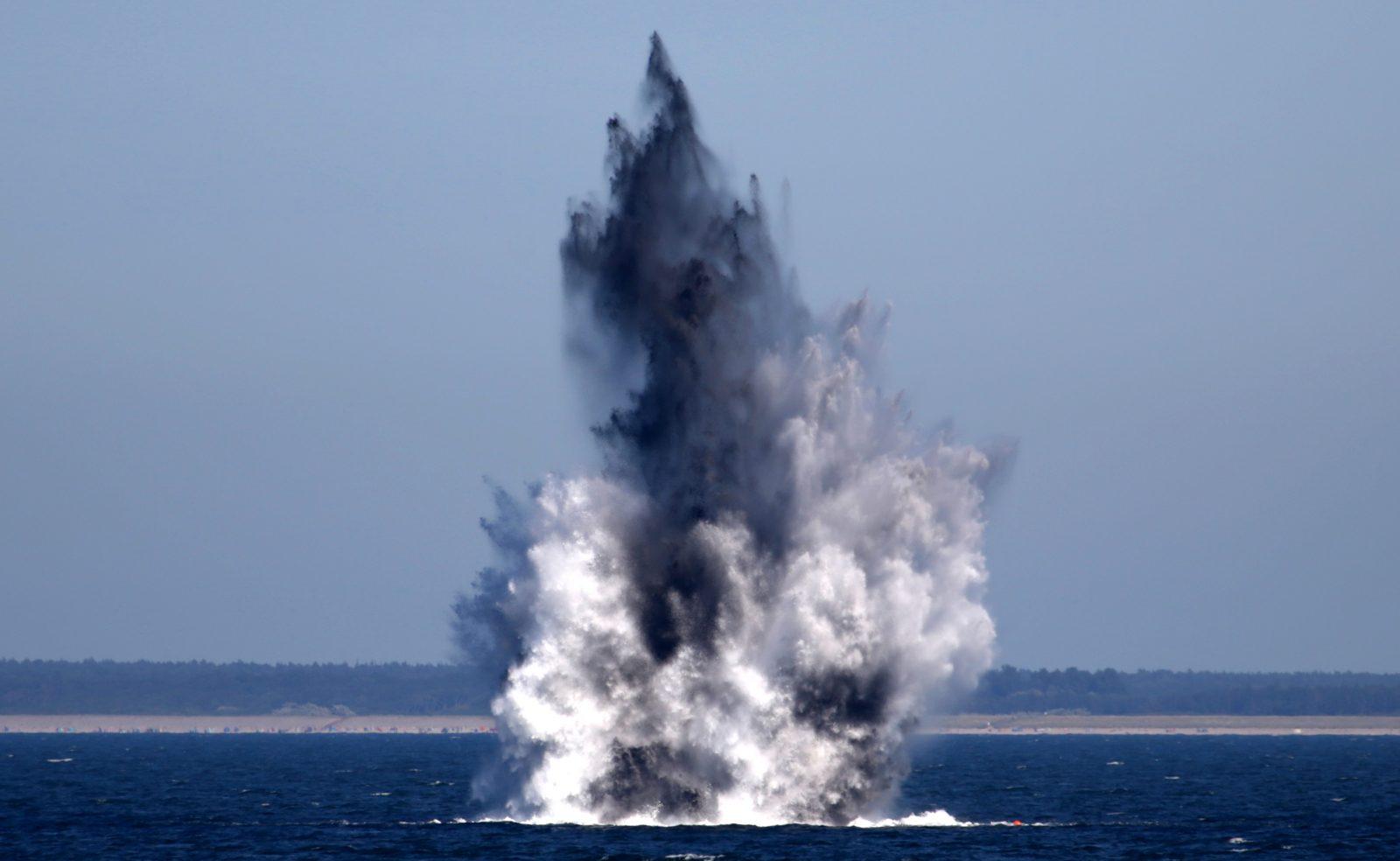 Zwei Wasserbomben aus dem Zweiten Weltkrieg werden in der Ostsee vor Wustrow gesprengt