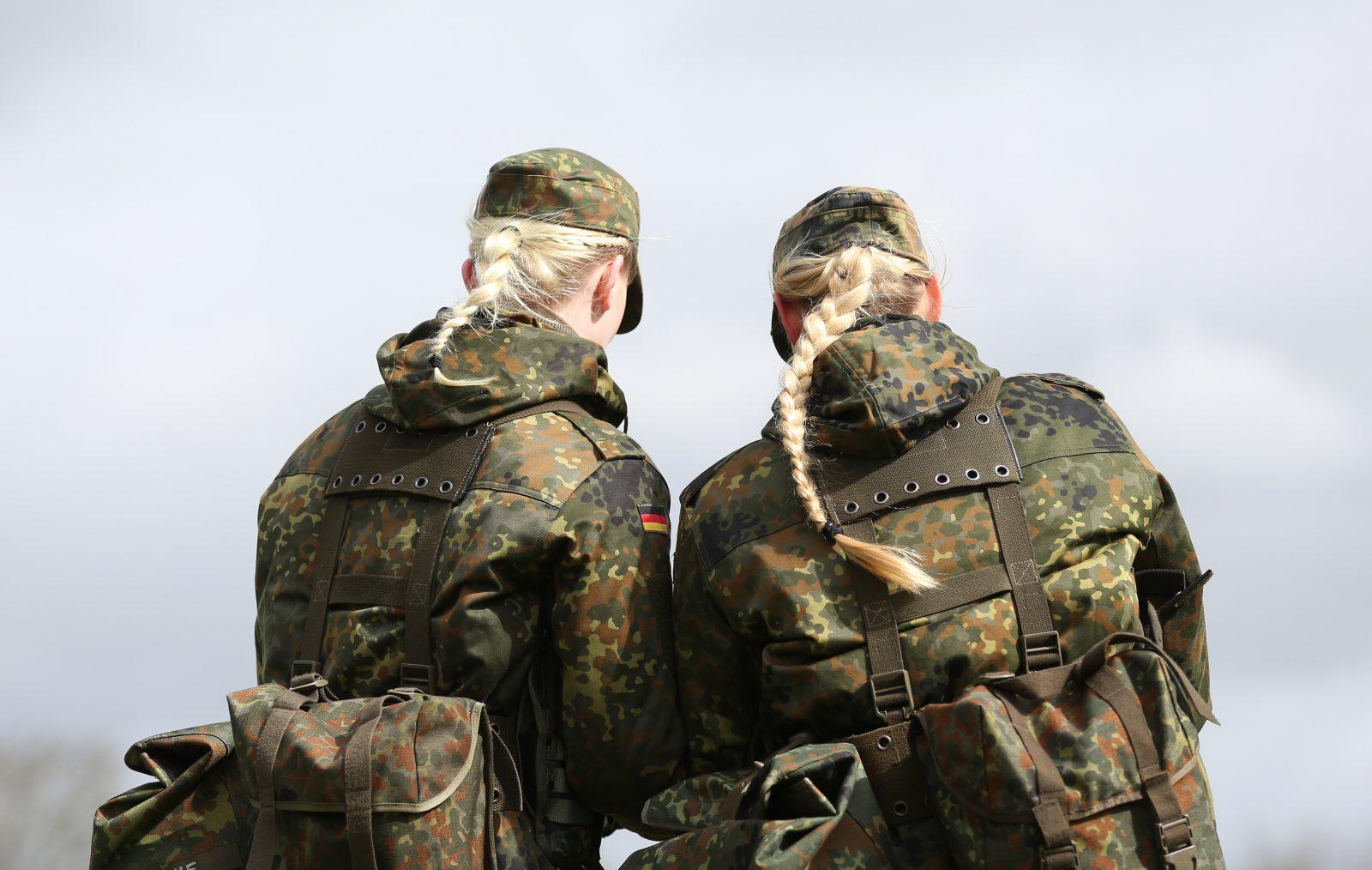 Soldatinnen der Bundeswehr: Künftig soll es weibliche Dienstgrade geben Foto: (c) dpa