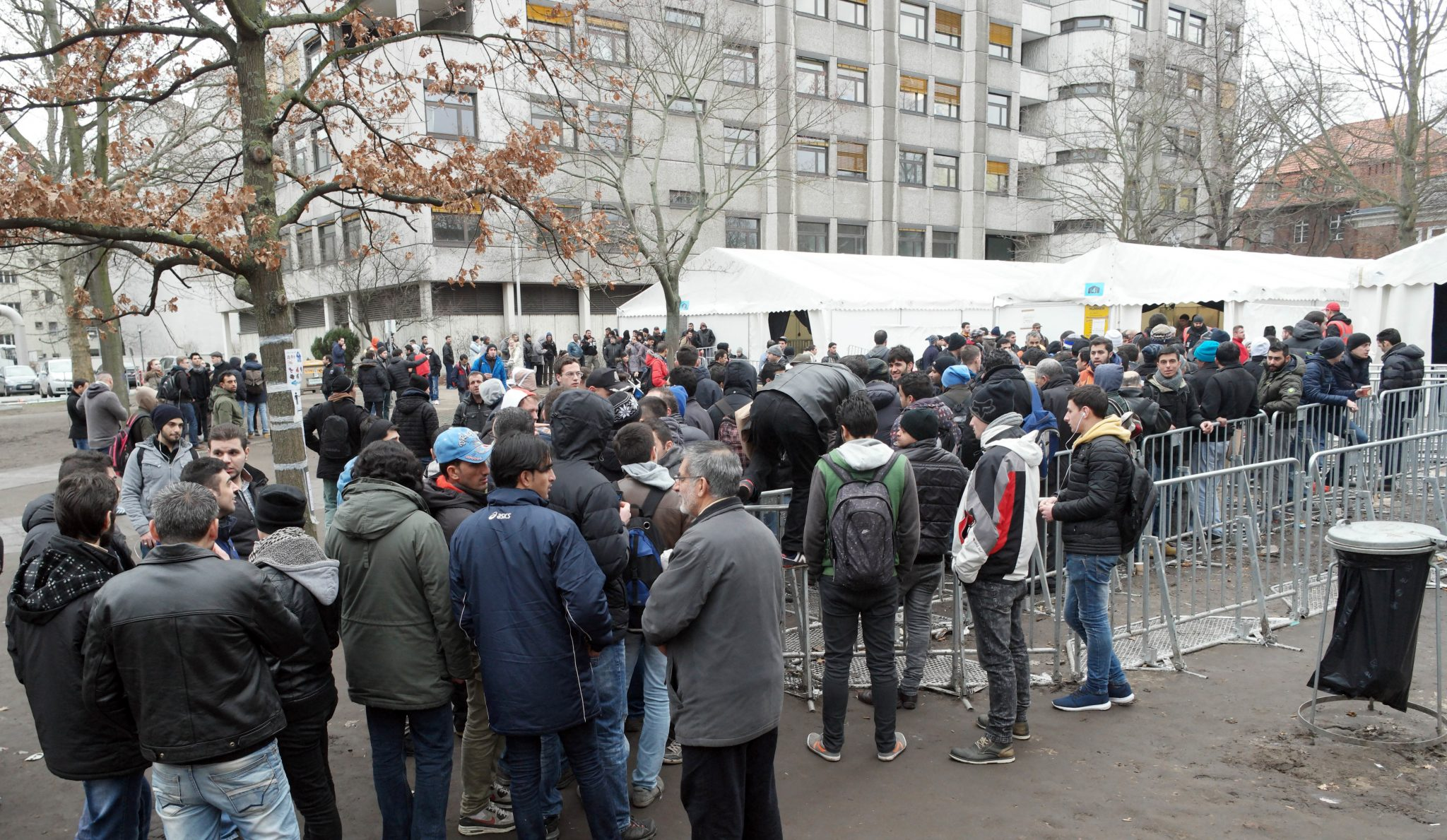 Flüchtlinge warten vor dem Landesamt für Gesundheit und Soziales in Berlin (Archivbild) Foto: (c) dpa