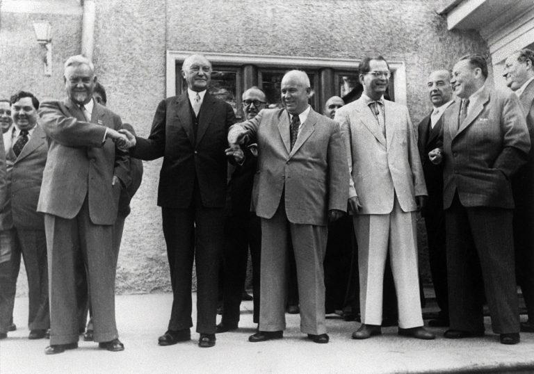 Bundeskanzler Konrad Adenauer (m.) mit dem sowjetischen Ministerpräsidenten Nikolai Bulganin (l.) und dem Parteichef der KPdSU, Nikita Chrustschow (r.), beim Staatsbesuch 1955 Foto: (c) dpa - Report