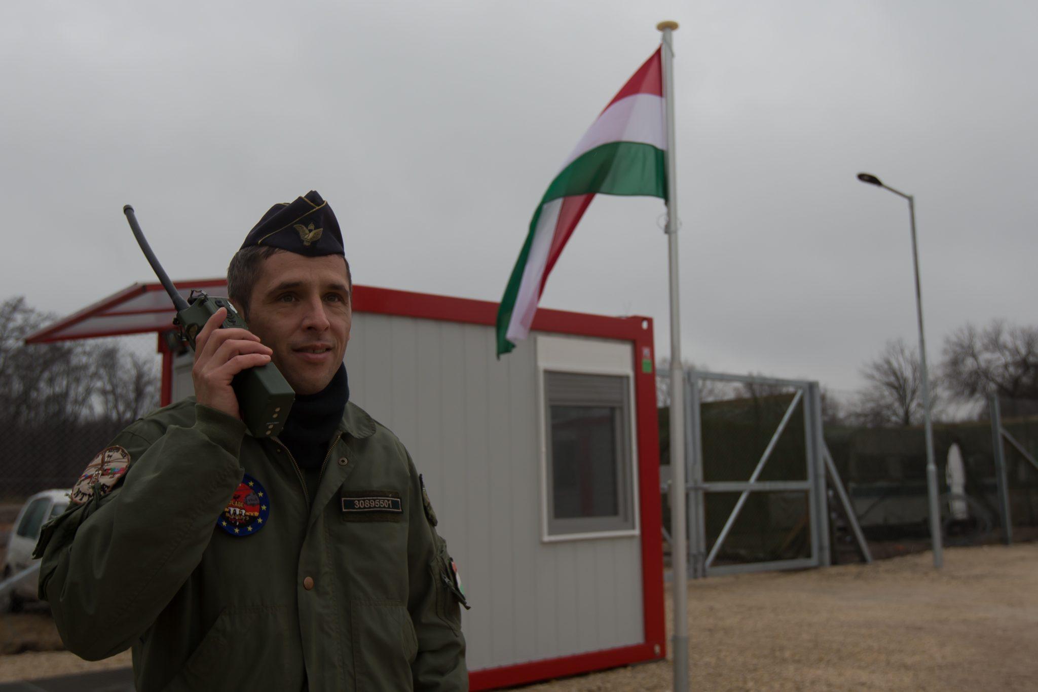 Ein Soldat hält an der ungarisch-serbischen Grenze Wache (Archivbild) Foto: picture alliance / Photoshot