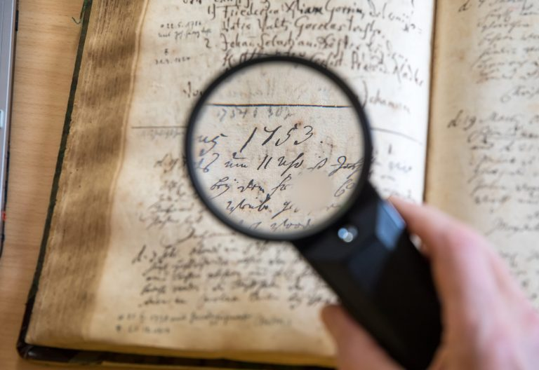 Die Ahnenforschung ist eine Auseinandersetzung mit den eigenen Ursprüngen (Symbolbild) Foto: (c) dpa
