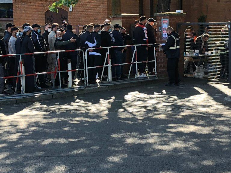 Polizisten kontrollieren den Zugang zur Beerdigung der Mutter von Clan-Chef Arafat Abou-Chaker Foto: JF