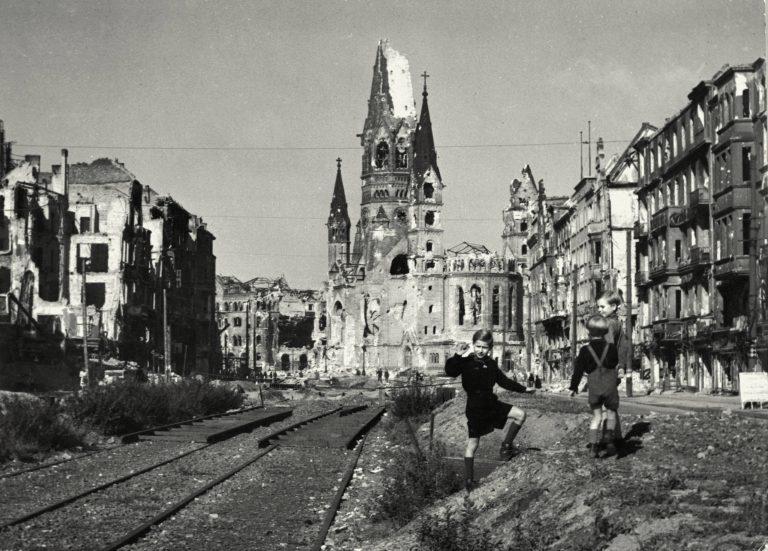 Blick auf die zerstörte Kaiser-Wilhelm-Gedächtniskirche in Berlin Foto: picture alliance/akg-images