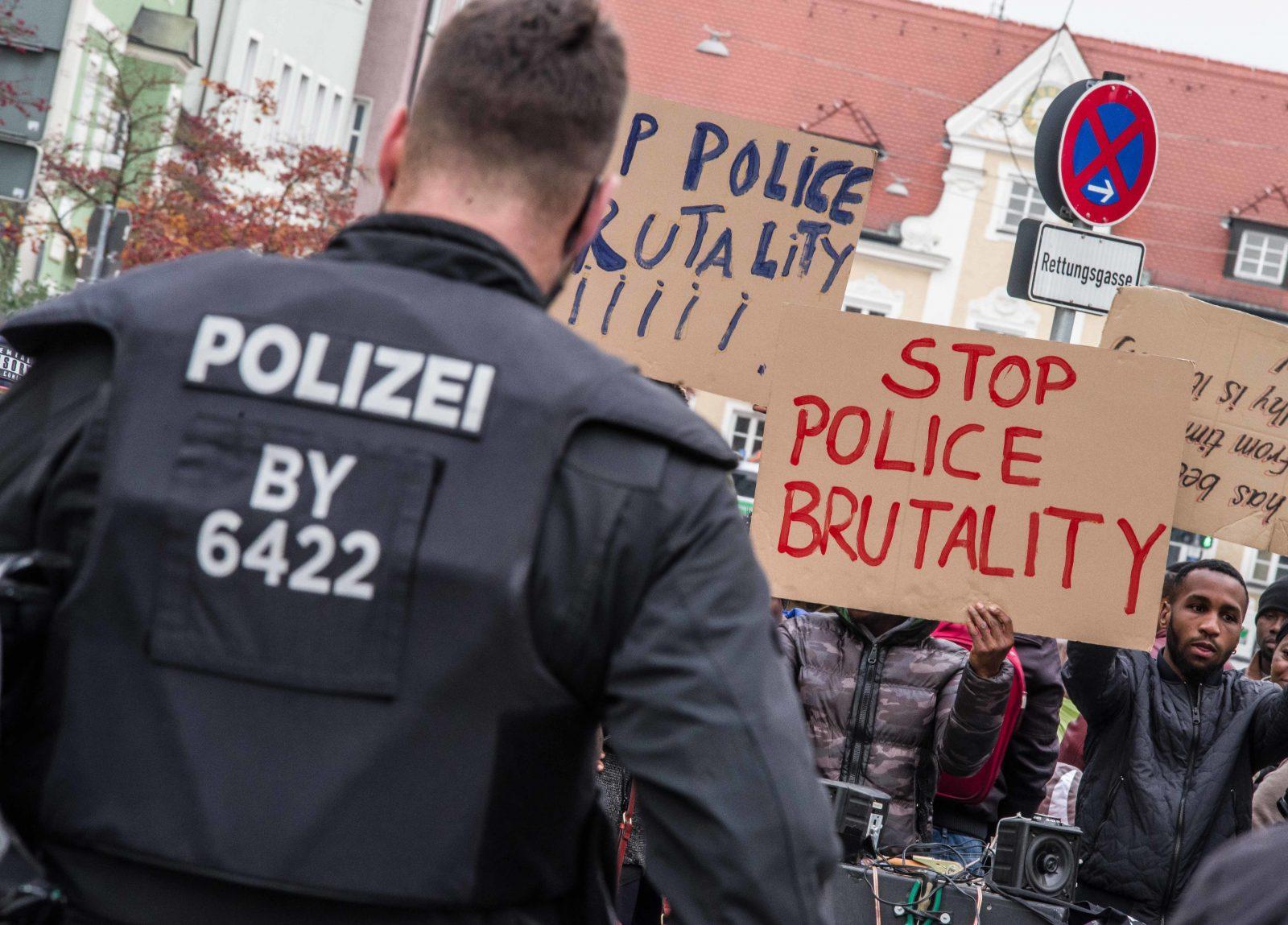 Gewohnte Konfliktsituation zwischen Polizist und Asylbewerbern während einer Demonstration (Archivbild) Foto: picture alliance/ZUMA Press