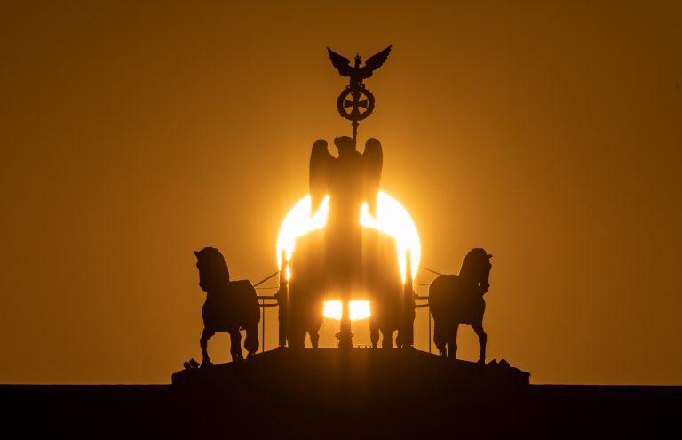 Sonnenaufgang am Brandenburger Tor.