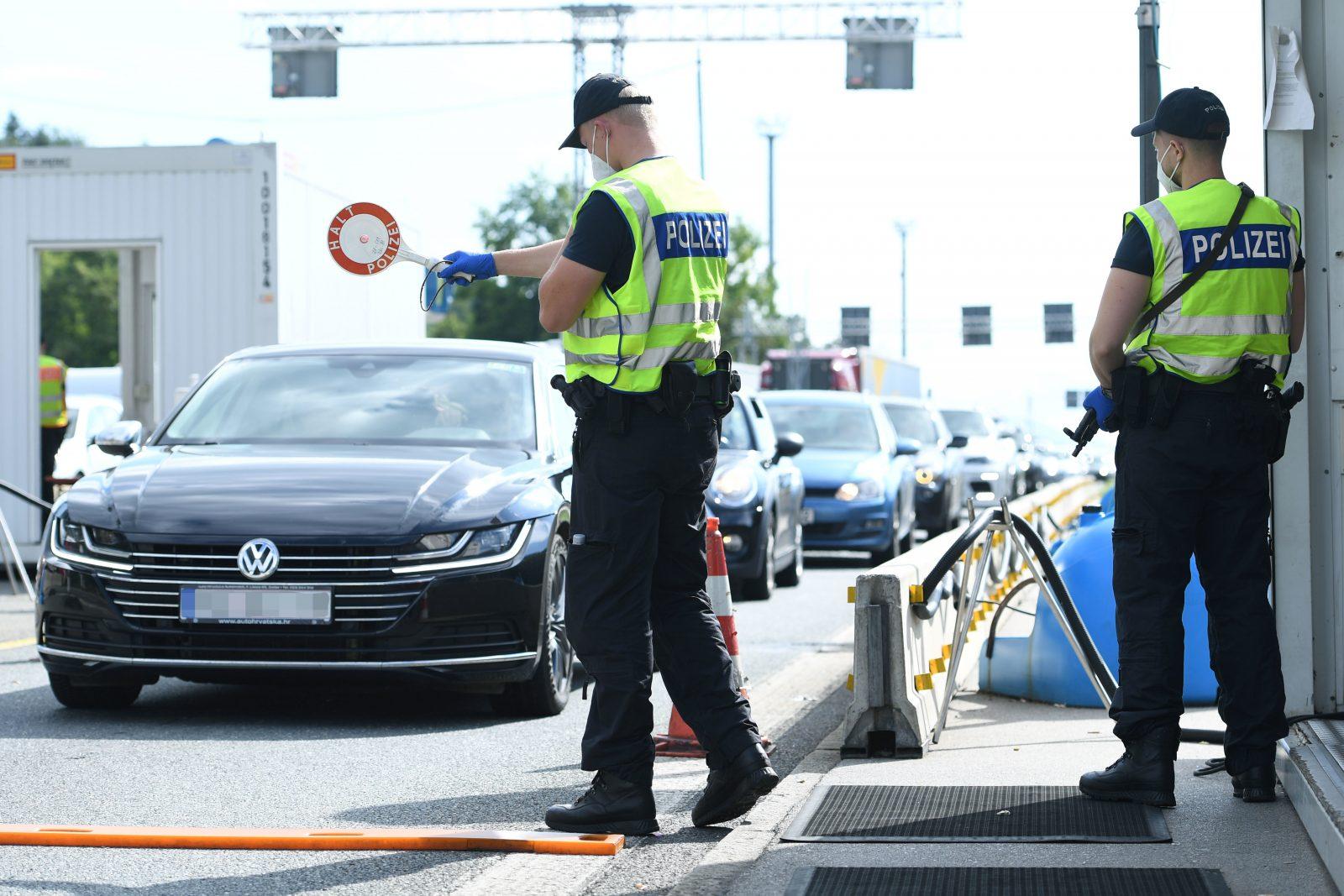 Polizisten kontrollieren im Sommer Reisende an der deutsch-österreichischen Grenze Foto: picture alliance/Revierfoto/Revierfoto/dpa