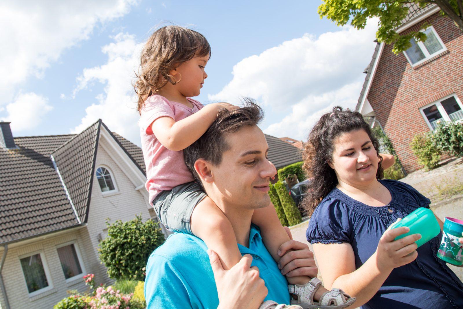 """Familie mit Kind: Nach dem Willen der Jungen Liberalen soll im Familienrecht nicht mehr von """"Vater"""" und """"Mutter"""" die Rede sein (Symbolbild) Foto: picture alliance/dpa Themendienst"""
