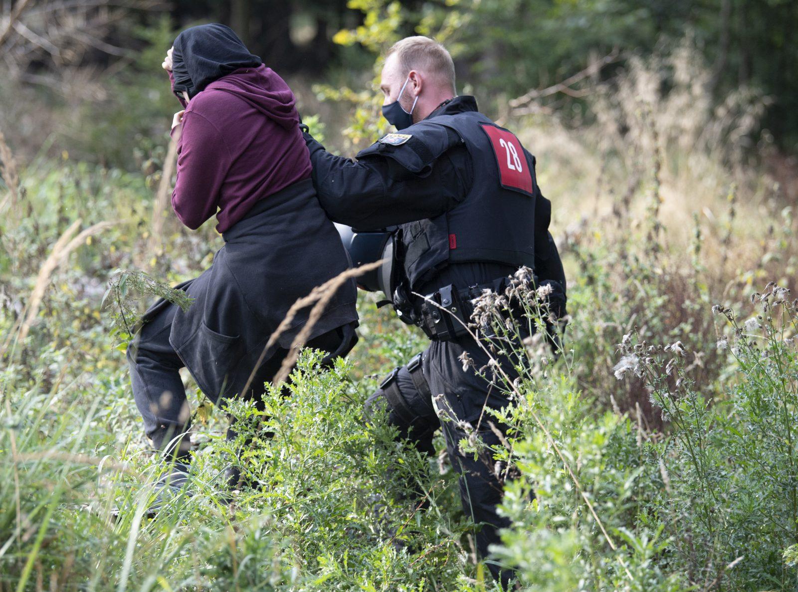 Ein Polizist führt einen Waldbesetzer aus dem Dannenröder Forst ab (Archivbild) Foto: picture alliance/Boris Roessler/dpa