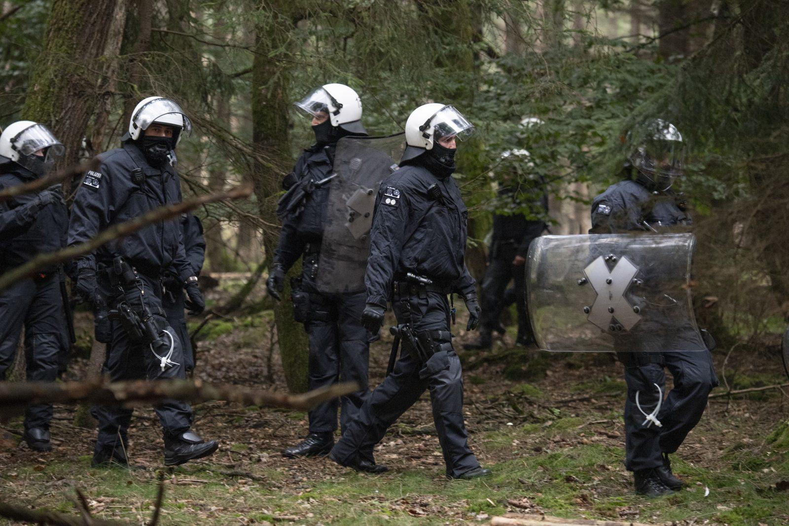 Polizisten beginnen mit der Räumung der Prostlager der radikalen Waldbesitzer Foto: picture alliance/Boris Roessler/dpa