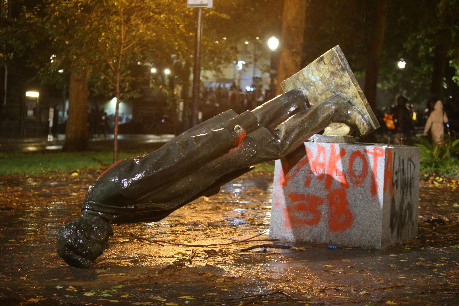 Das zerstörte Lincoln-Denkmal in Portland wurde mit Farbe beschmiert Foto: picture alliance / AP Photo