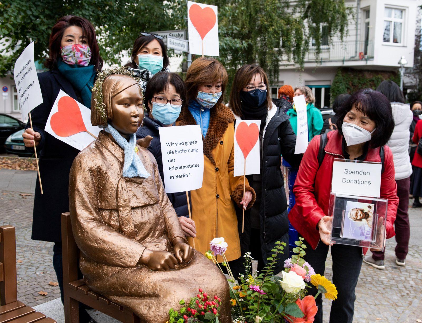 """Unterstützer des Korea-Verbandes demonstrieren am Berliner Denkmal für die """"Trostfrauen"""" für dessen Erhaltung Foto: picture alliance/Bernd von Jutrczenka/dpa"""