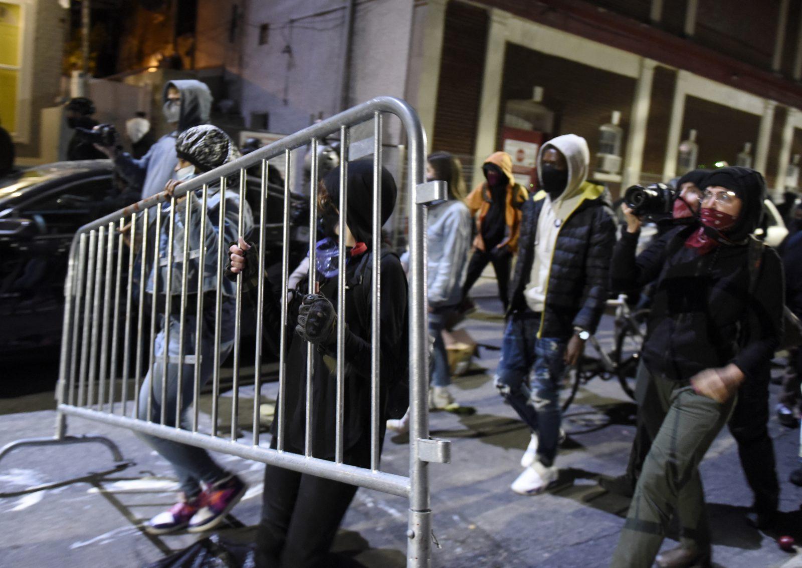 Randalierer ziehen durch die Straßen von Philadelphia Foto: picture alliance / AP Photo