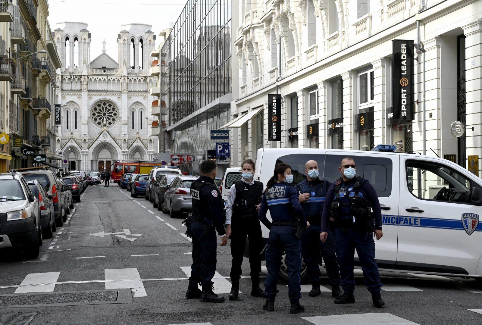 Polizisten stehen vor der Notre-Dame-Basilika in Nizza