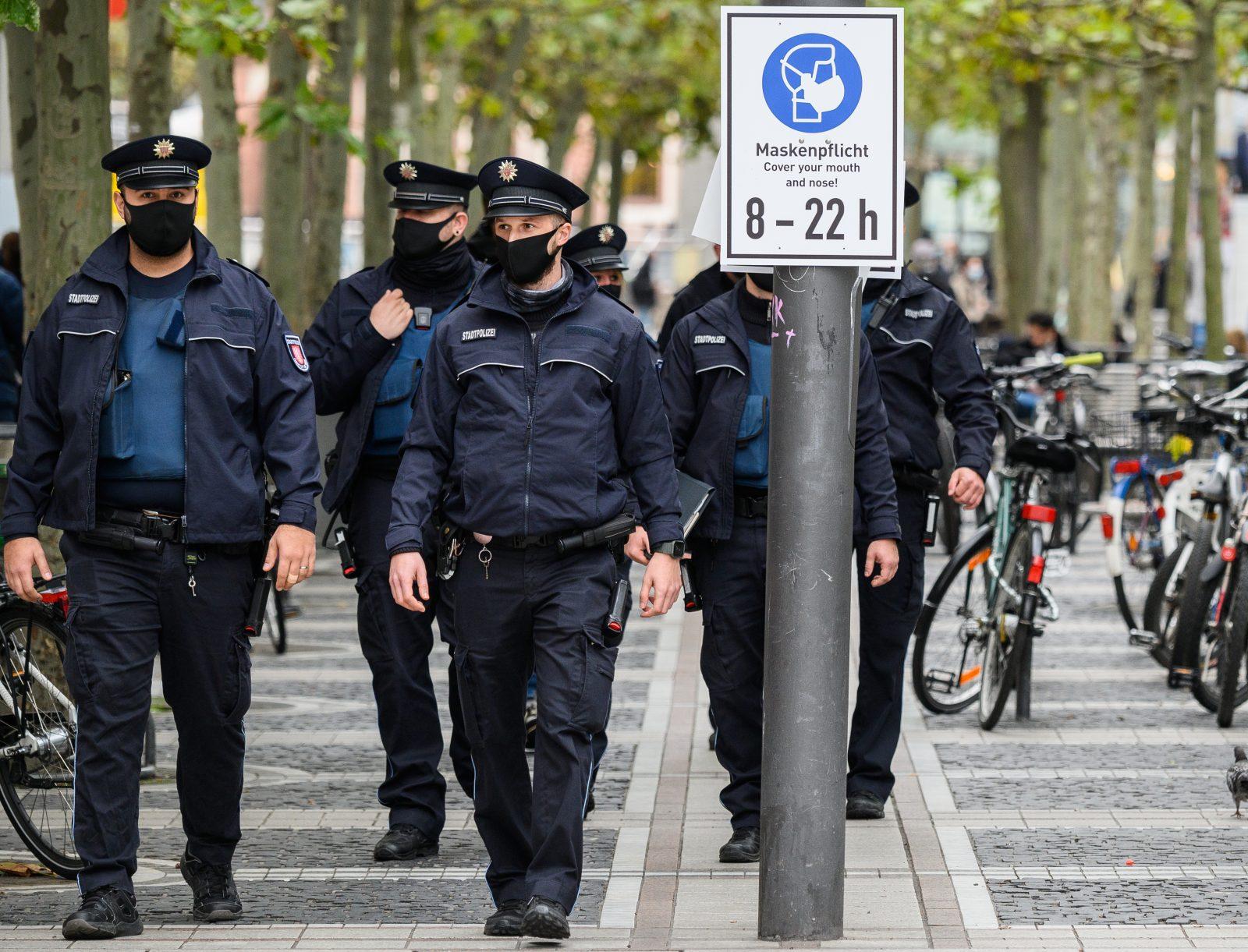 Polizisten kontrollieren in Frankfurt am Main die Einhaltung der Maskenpflicht.