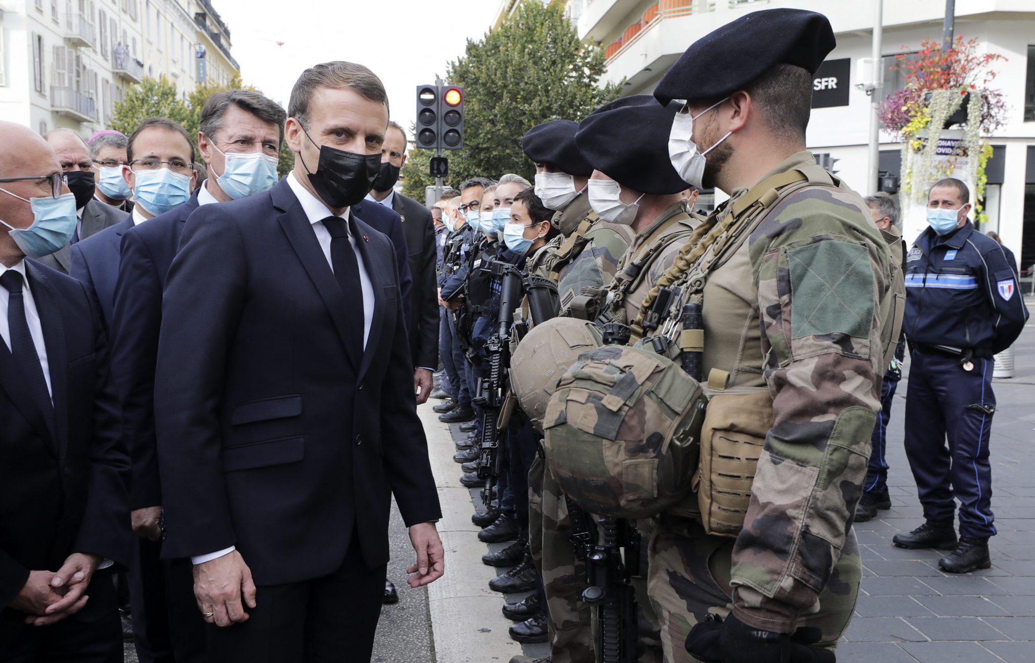 Frankreichs Präsident Emmanuel Macron (M.) sprach den Sicherheitskräften in Nizza seinen Dank aus Foto: picture alliance / abaca