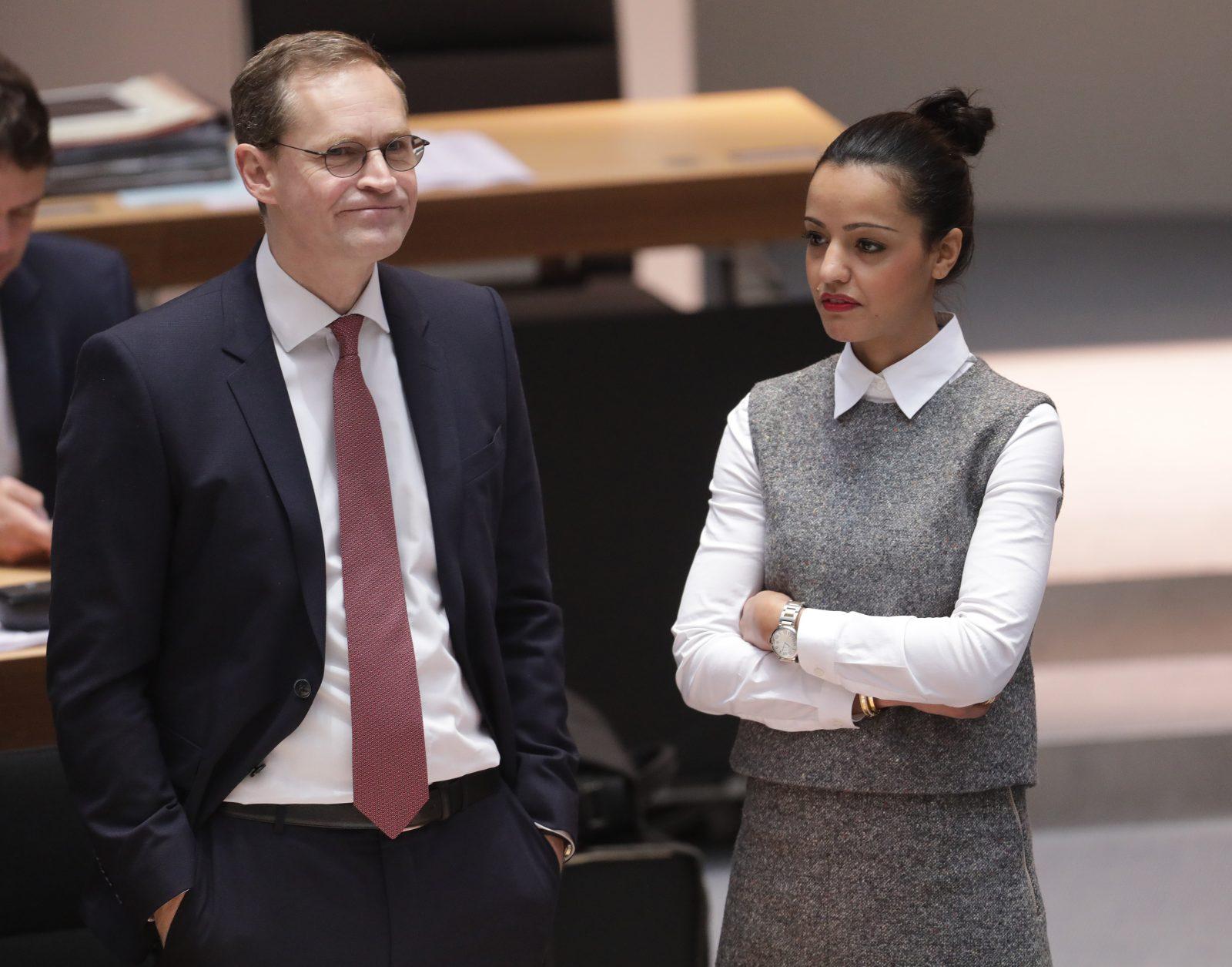 Berlins Regierender Bürgermeister Michael Müller (SPD) und Staatssekretärin Sawsan Chebli unterhalten sich vor der Sitzung des Berliner Abgeordnetenhauses am 12.01.2017 in Berlin