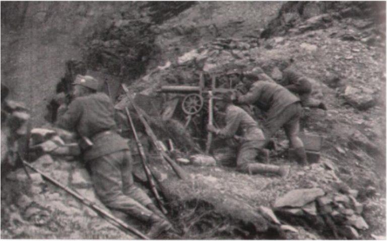 Österreichische Soldaten erwarten in ihrer Stellung den nächsten Angriff der Italiener während der Isonzoschlacht Foto: Wikimedia/Gemeinfrei